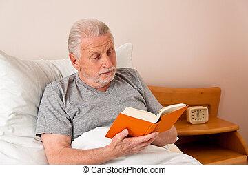 älter, in, der, altersheim, lesen, der, buch, bett
