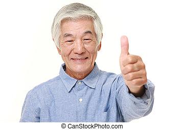 älter, japanischer mann, mit, daumen hoch, gebärde