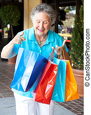älter, käufer, inspiziert, säcke