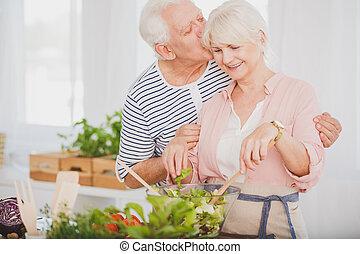 älter, mann, in, gestreiftes hemd, küsse, ehefrau