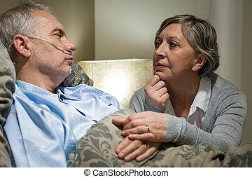 älter, patient, an, klinikum, mit, besorgt, ehefrau