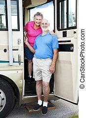 älter, reisende, in, campingbus