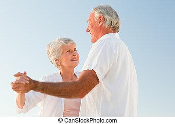 älter, sandstrand, ehepaar, tanzt