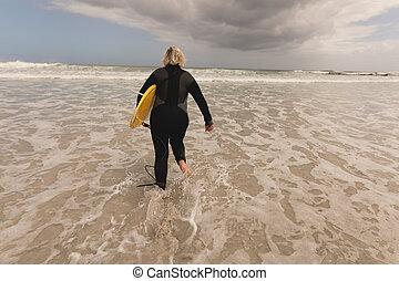 älter, sandstrand, frauenlauf, surfbrett