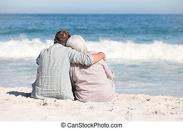 älter, sandstrand, paar, sitzen
