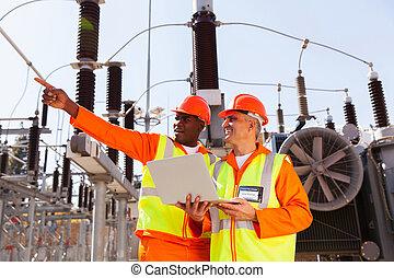 älter, techniker, mit, mitarbeiter, arbeitend zusammen