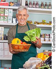 älter, verkäufer, verkauf, gemuese, in, kaufmannsladen