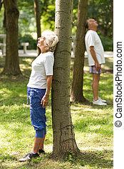 ältere, entspannend, neben, bäume