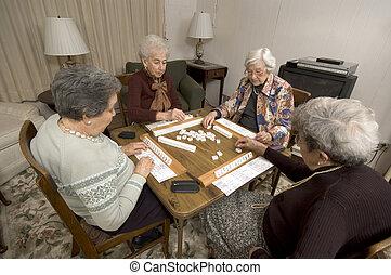 ältere frau, an, der, spiel, tisch