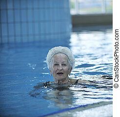 ältere frau, an, schwimmbad