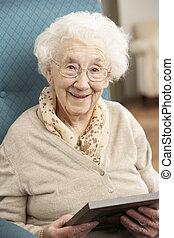 ältere frau, anschauen fotografie, in, rahmen