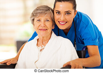 ältere frau, auf, rollstuhl, mit, caregiver