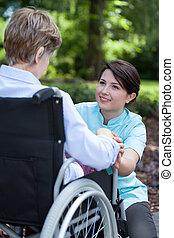 ältere frau, auf, rollstuhl, mit, sie, caregiver