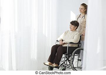ältere frau, auf, rollstuhl, und, caregiver
