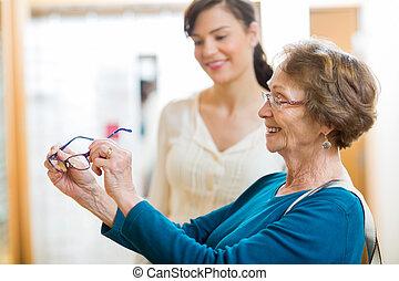 ältere frau, besitz, neue gläser, in, kaufmannsladen