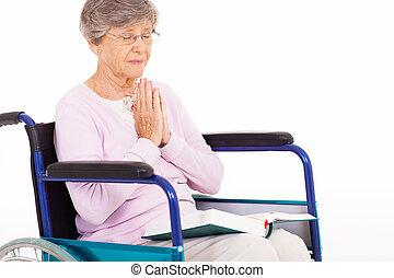 ältere frau, beten, auf, rollstuhl