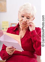ältere frau, bewegt, zu, tränen