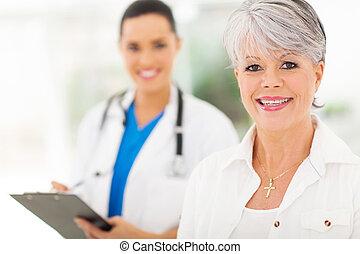 ältere frau, buero, doktors