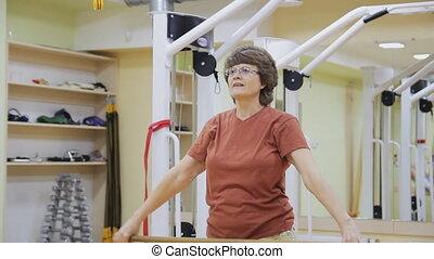 ältere frau, dehnen, heraus, machen, physiotherapie, übungen, mit, stock, in, fitness, room., gesunde, gymnastics., aktive, seniors.