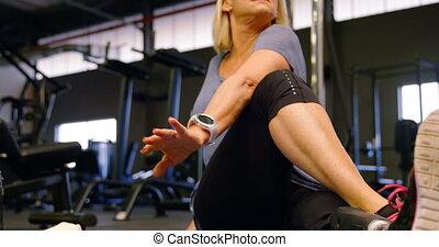 ältere frau, dehnen, in, fitnesstudio, 4k