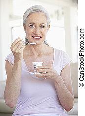 ältere frau, essende, joghurt