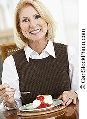 ältere frau, essende, käsekuchen