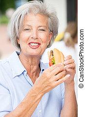 ältere frau, essende