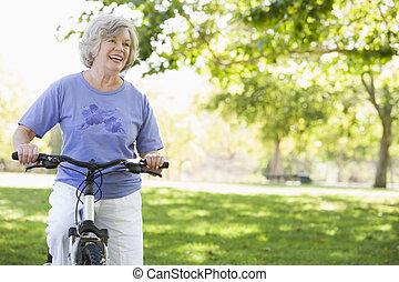 ältere frau, fahrrad
