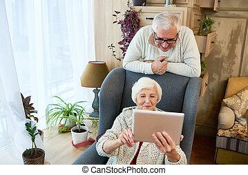 ältere frau, gebrauchend, digital tablette