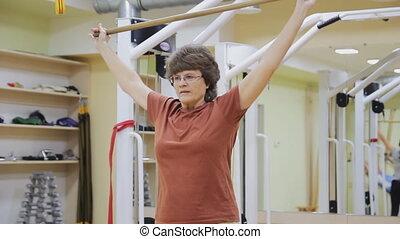 ältere frau, heben, stock, machen, physiotherapie, übungen, mit, in, fitness, room., gesunde, gymnastics., aktive, seniors.