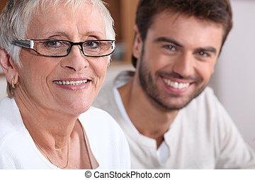 ältere frau, in, brille, mit, junger mann
