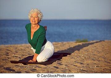 ältere frau, joga, meer