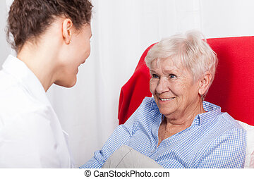 ältere frau, lächelt, zu, krankenschwestern