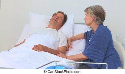ältere frau, lohnend, sie, krank, ehemann, a, besuch