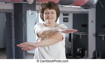 ältere frau, machen, übungen, an, turnhalle, fällig, fitness, dehnen, joga