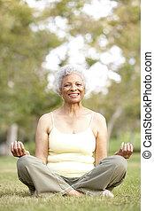 ältere frau, machen, joga, park