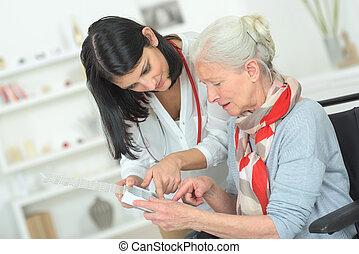 ältere frau, medikation, sie, organisieren