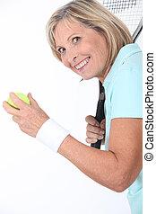 ältere frau, mit, a, tennisschläger