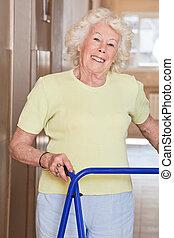 ältere frau, mit, gehhilfe