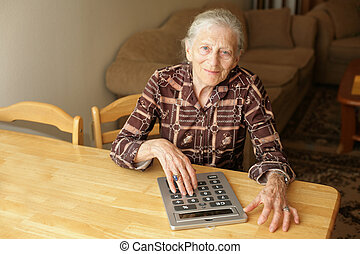 ältere frau, mit, groß, taschenrechner
