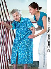 ältere frau, mit, heim caregiver