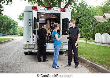 ältere frau, mit, krankenwagen- stab