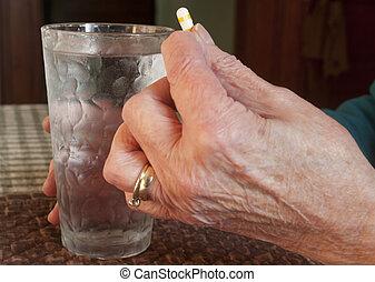 ältere frau, mit, pille