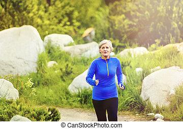 ältere frau, rennender