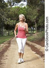 ältere frau, rennender , park