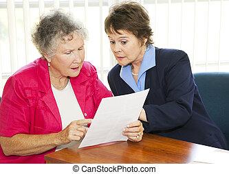 ältere frau, schreibarbeit, lesende
