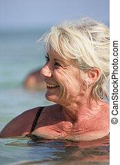 ältere frau, schwimmender
