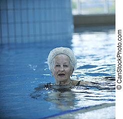 ältere frau, teich, schwimmender