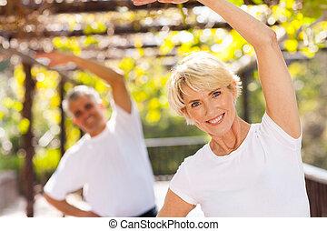 ältere frau, trainieren, mit, ehemann, draußen