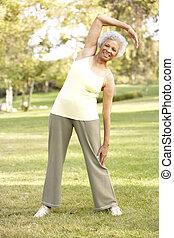 ältere frau, trainieren, park